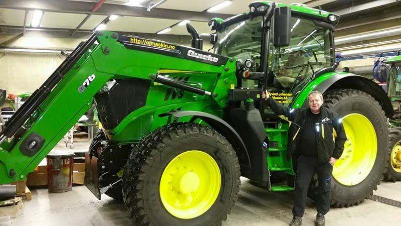 Traktor i garasje