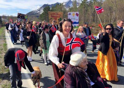17. mai tog på Storjord i Hamarøy - mange festkledde mennesker