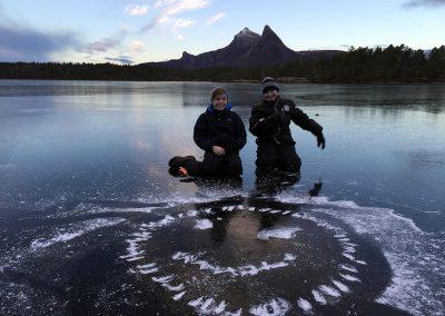 Botnvatnet i Tysfjord - to gutter har risset et smilefjes i isen