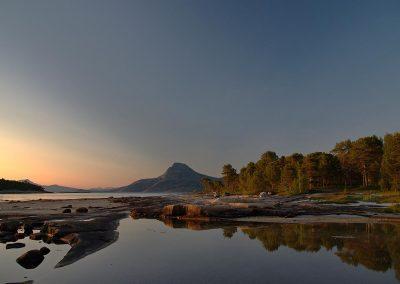 sommernatt i Tysfjord med speilblankt vann og fjell