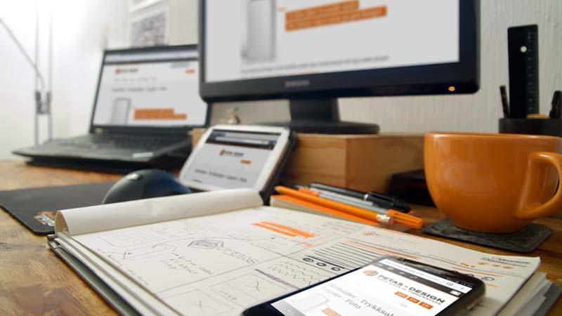 dataskjermer og kontorpult med kontor rekvisita