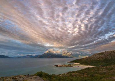 Fjell og skydekke i Tysfjord en sommerkveld