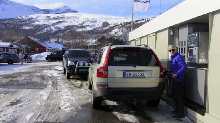 Bil og mann på drivstoffannlegg