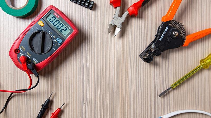 elektriker utstyr på et bord
